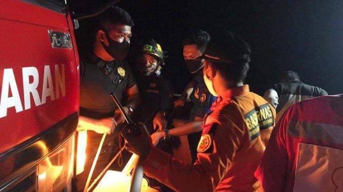Proses evakuasi orang jatuh di Kelok 9, Limapuluh Kota, Sumbar, Minggu (25/10/2020) malam