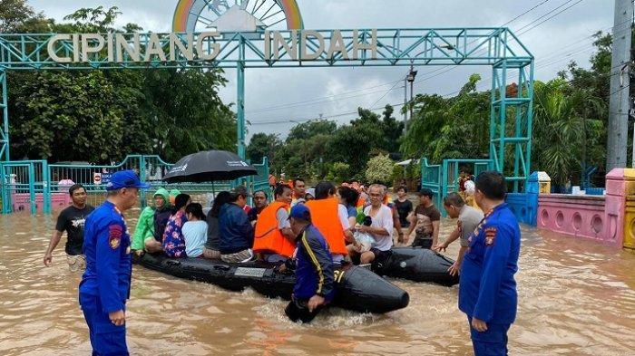 Polisi perairan dari Mabes Polri dan Polda Metro Jaya mengevakuasi ratusan warga yang terjebak banjir di wilayah Cipinang, Jakarta Timur, Rabu (1/1/2020)