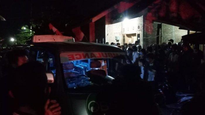 Evakuasi satu keluarga tewas mengenaskan di rumah Dukuh Slemben RT 01 RW 5, Desa Duwet, Kecamatan Baki, Kabupaten Sukoharjo, Jumat (21/8/2020) malam.