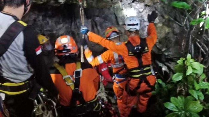 Petugas SAR Kota Bandung tengah melakukan evakuasi tiga mahasiswa Unsika yang terjebak di Goa Lele, Kabupaten Karawang.