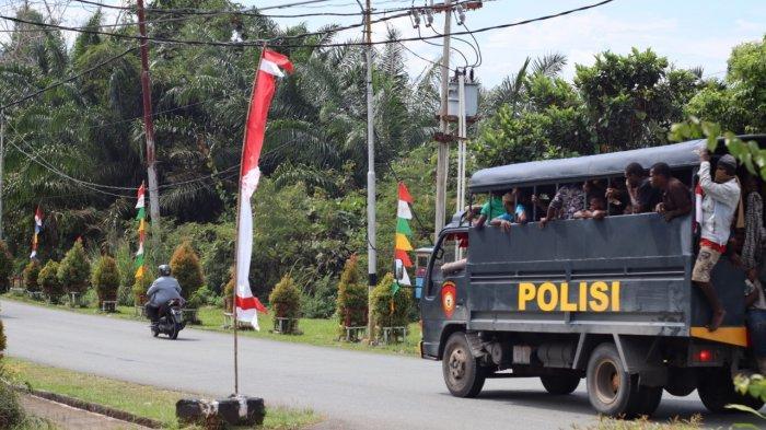Aparat mengevakuasi pengunjuk rasa dari kantor Gubernur Papua.