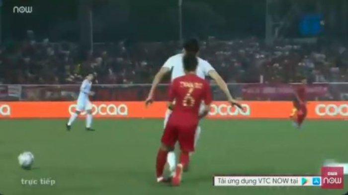 Pemain Timnas Indonesia, Evan Dimas harus ditarik keluar setelah mengalami cedera setelah kakinya diinjak oleh pemain Vietnam, Doan Van Hau.