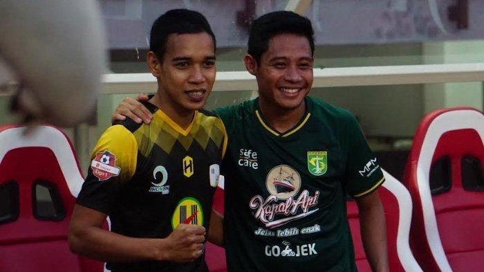 Evan Dimas (kanan) mengenakan Jersey Persebaya yang didapatnya dari Misbakus Solikin.