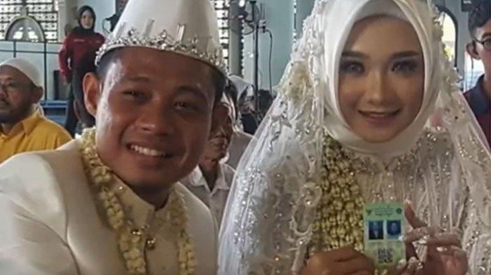 Evan Dimas tersenyum usai menikahi gadis pujaan hatinya Dewi Zahrani, Sabtu (22/2/2020) .