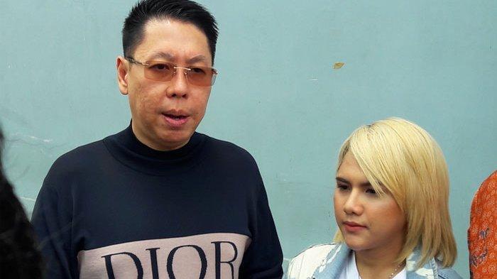 Evelyn didampingi tim kuasa hukumnya, Henry Indraguna (kiri) di gedung Trans TV, Jalan Kapten Tendean, Mampang Prapatan, Jakarta Selatan, Rabu (6/11/2019).