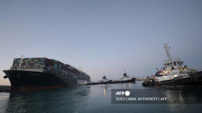 FOTO yang dirilis oleh Otoritas Terusan Suez pada tanggal 29 Maret 2021 menunjukkan kapal kontainer MV 'Ever Given' (dioperasikan oleh Evergreen Marine yang berbasis di Taiwan) berbendera Panama, 400 meter (1.300 kaki) dengan lebar 59 meter, menghalangi lalu lintas di jalur air Terusan Suez Mesir. Otoritas Terusan Suez Mesir mengatakan pada 29 Maret kapal kontainer Ever Given, yang telah memblokir jalur air penting selama hampir seminggu, telah berbelok ke