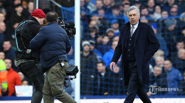 Pelatih Kepala Everton asal Italia, Carlo Ancelotti berjalan meninggalkan bench usai mendapatkan kartu merah dari wasit dalam laga lanjutan Liga Inggris 2019/2020 antara Everton melawan Manchester United di Stadion Goodison Park, Kota Manchester United, barat laut Inggris, Minggu (1/3/2020) malam WIB. Pertandingan berakhir imbang dengan skor 1-1. AFP/Paul Ellis