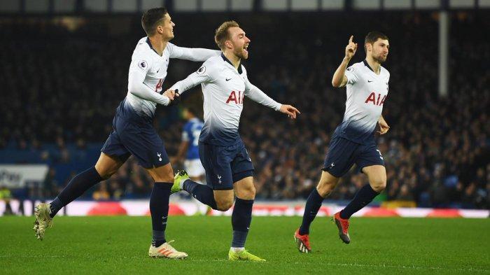 Pemain Tottenham Hotspur merayakan gol Christian Eriksen (tengah) ke gawang Everton dalam laga pekan ke-18 Liga Inggris di Stadion Goodison Park, Liverpool, Minggu (23/12/2018) malam WIB.