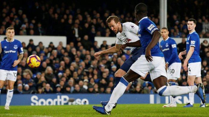 Pemain Tottenham Hotspur, Harry Kane (tengah) mencetak gol ke gawang Everton dalam laga pekan ke-18 Liga Inggris di Stadion Goodison Park, Liverpool, Minggu (23/12/2018) malam WIB.