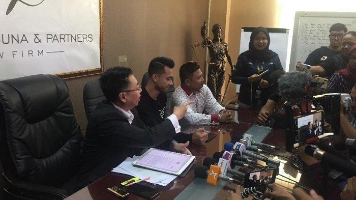 Eza Gionino gelar jumpa pers di kantor kuasa hukumnya Henry Indraguna, di kawasan Permata Hijau, Jakarta Selatan, Selasa (14/1/2020).