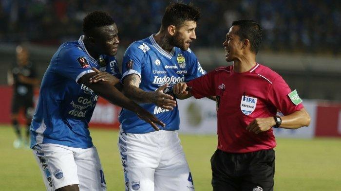 Ezechiel N Douassel dan Bojan Malisic protes kepada wasit yang memimpin laga Persib Bandung vs PS Tira Persikabo.