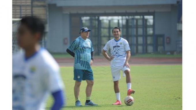 Ezra Walian berbicara dengan pelatih Persib Bandung, Robert Alberts saat mengikuti sesi latihan