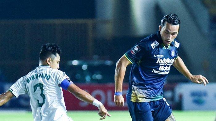 Striker Persib Bandung, Ezra Walian berduel dengan bek PS Sleman, Bagus Nirwanto