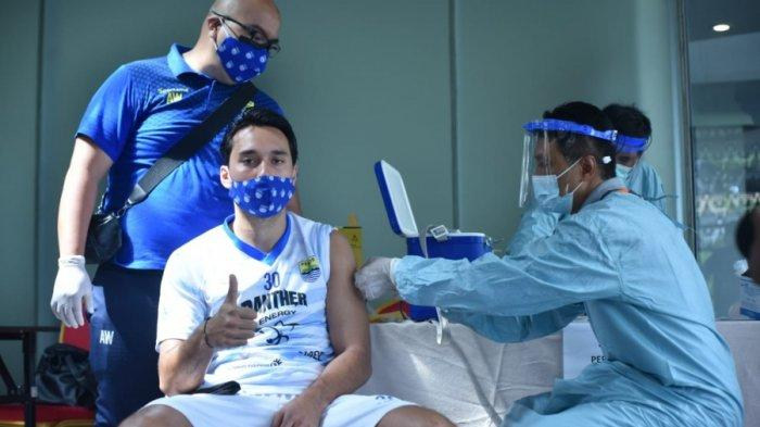 Striker Persib Bandung, Ezra Walian, saat menjalani vaksinasi Covid-19 sebelum gelaran Piala Menpora 2021.