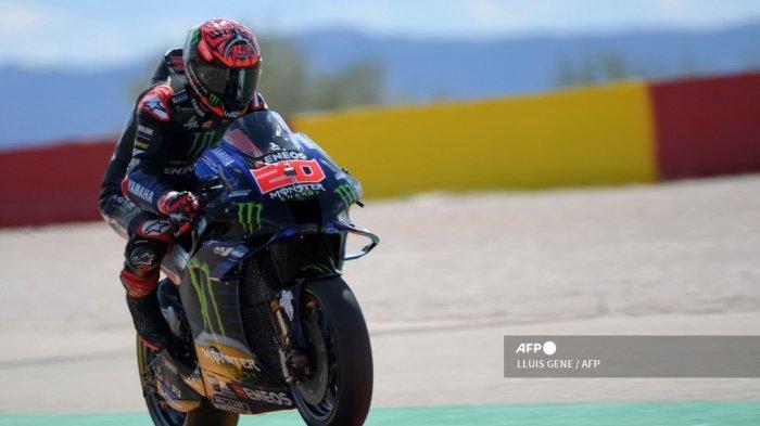 Pembalap Yamaha Prancis Fabio Quartararo mengendarai motornya saat sesi latihan bebas kedua MotoGP jelang Moto Grand Prix Aragon di sirkuit Motorland di Alcaniz pada 10 September 2021.