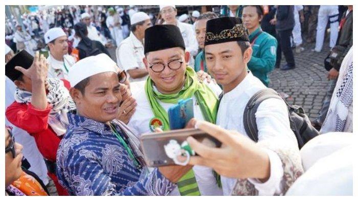 Wakil Ketua Umum Partai Gerindra diajak berswafoto oleh peserta Reuni 212 di kawasan Monas, Jakarta Pusat, Senin (2/12/2019).