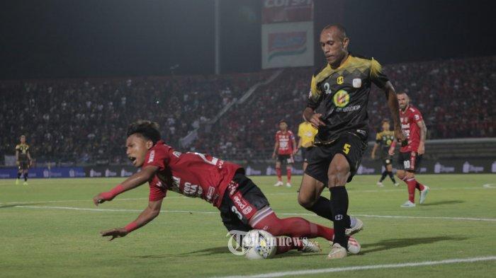 Pemain Bali United, Fahmi Al Ayyubi berebut bola dengan Pemain Barito Putra, Rony Esar dalam pertandingan Liga 1 pekan ke-25 di Stadion I Wayan Dipta, Gianyar, Minggu (27/10). Bali United menang 3-2. (Tribun Bali/Rizal Fanany)