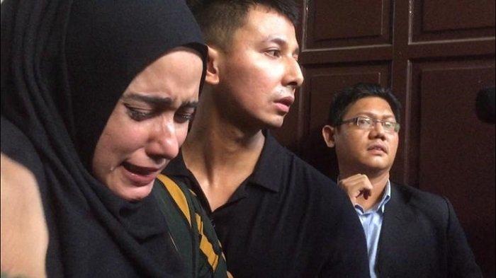 Fairuz A Rafiq menangis usai menjadi saksi dalam persidangan kasua Ikan Asin di Pengadilan Negeri Jakarta Selatan, Senin (27/1/2020)