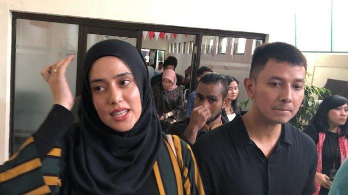 Fairuz A Rafiq dan Sonny Septian saat tiba di Pengadilan Negeri Jakarta Selatan untuk menjadi saksi kasus 'Ikan Asin', Senin (27/1/2020)