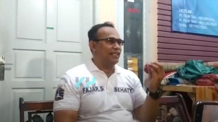 Fajar Deki adik mendiang Uje saat ditemui oleh awak media
