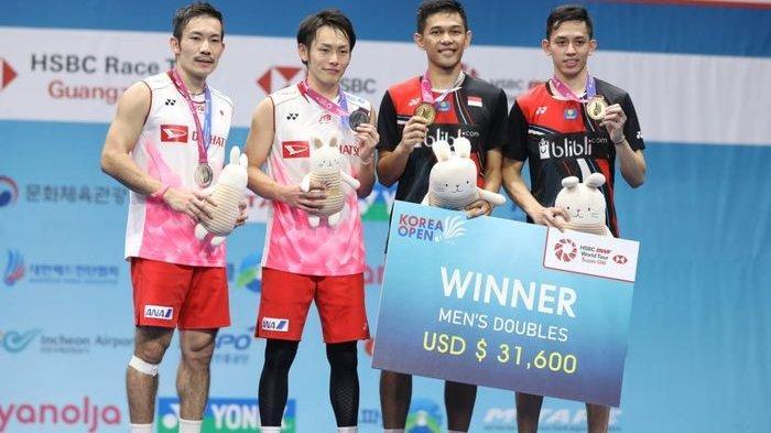 Dari kiri ke kanan, Takeshi Kamura/Keigo Sonoda (Jepang) dan Fajar Alfian/Muhammad Rian Ardianto berdiri di podium Korea Open 2019 di Incheon Airport Skydome, Minggu (29/9/2019).
