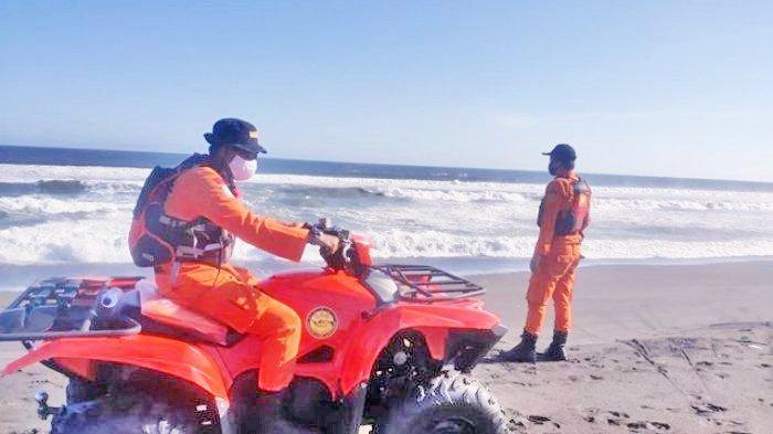 Tim SAR gabungan melakukan upaya pencarian wisatawan yang hanyut terseret ombak di pantai Gua Cemara, Bantul, Kamis (6/8/2020)
