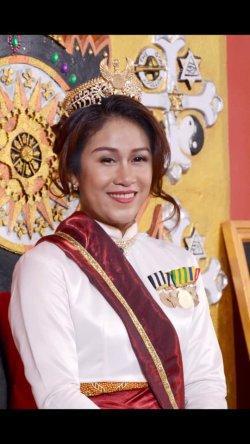 Fanny Aminadia alias Dyah Gitarja Ratu Keraton Agung Sejagat mengenakan pakaian Ratu (Facebook Fanni Aminadia)