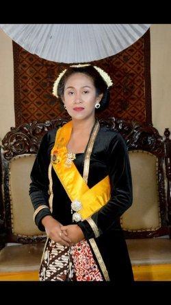 Fanny Aminadia alias Dyah Gitarja Ratu Keraton Agung Sejagat mengenakan pakaian adat Jawa (Facebook Fanni Aminadia)
