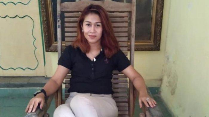 Fanny Aminadia alias Dyah Gitarja Ratu Keraton Agung Sejagat mengenakan pakaian kasual