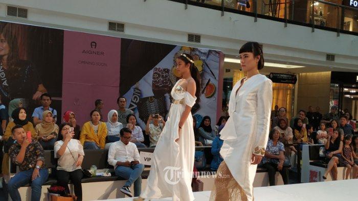 Fashion Show Empat Karya Alumni Sparks Fashion Academy.