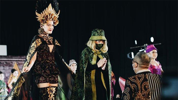 Fashion Show Indonesia Fashion Parade 2021.