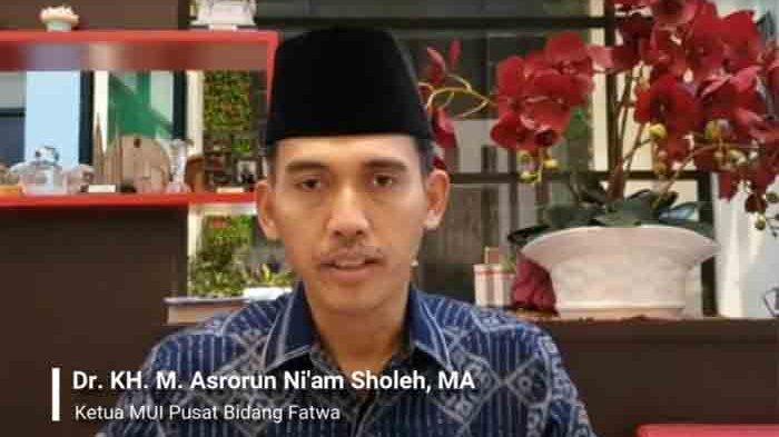 Ketua Majelis Ulama Indonesia (MUI) Bidang Fatwa Asrorun Niam Sholeh konferensi pers terkait fatwa tes swab atau usap saat bulan Ramadan, Kamis (8/4/2021) malam.