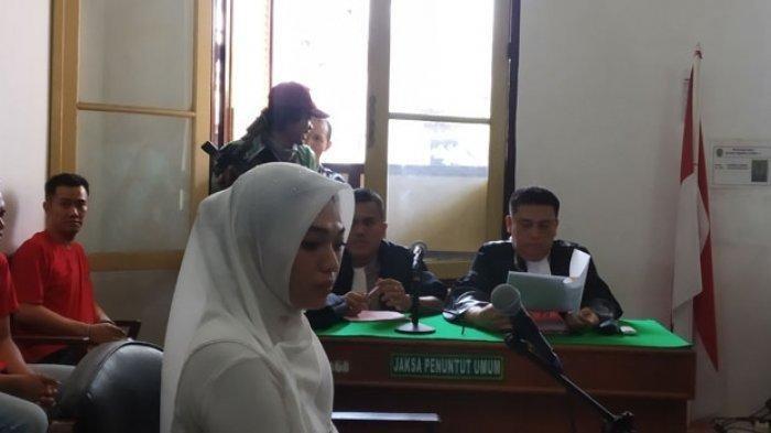 Febi Nur Amelia, terdakwa kasus ITE karena menagih utang istri polisi berpangkat Kombes melalui media sosial, mengajukan eksepsi di Pengadilan Negeri Medan, Selasa (14/1/2020). (Alif Dadri Harahap/Tribun Medan)