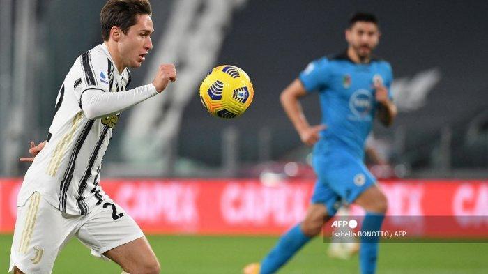 Penyerang Italia Juventus Federico Chiesa mengontrol bola selama pertandingan sepak bola Serie A Italia Juventus vs Spezia pada 02 Maret 2021 di stadion Juventus di Turin. Isabella BONOTTO / AFP
