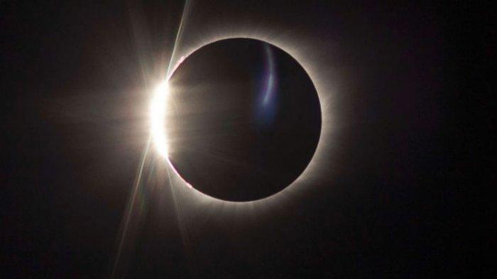 Fenomena Gerhana Matahari Cincin atau tepatnya pada 26 Desember 2019.