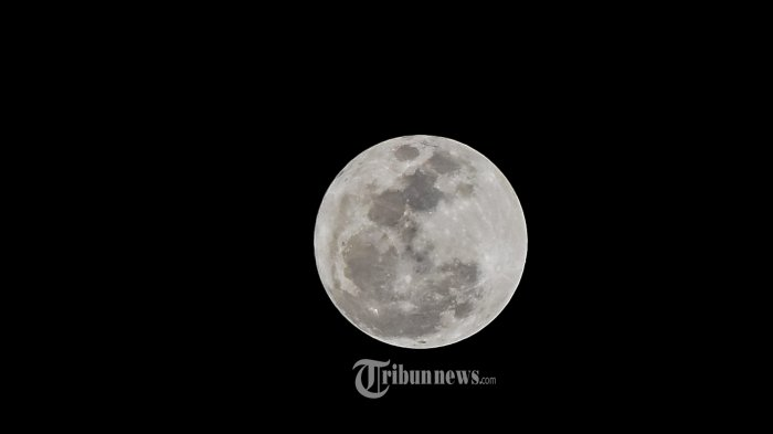 Fenomena Supermoon di Kota Banda Aceh, pada pukul 20.44 Wib, Senin (14/11).