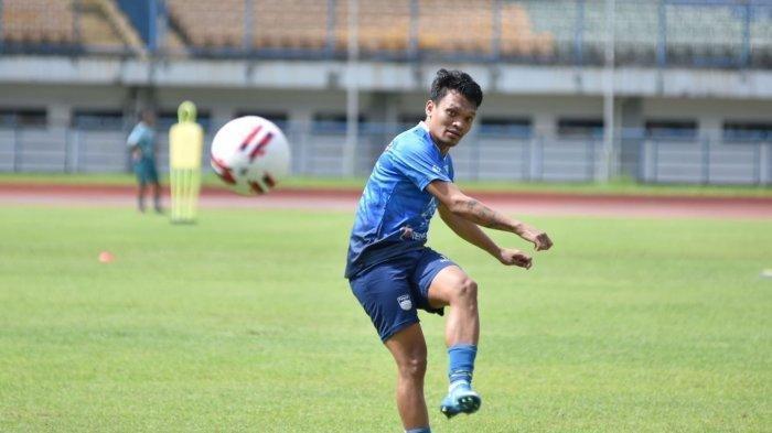 Ferdinand Sinaga sudah ikut dalam latihan Persib Bandung di Stadion Gelora Bandung Lautan Api, Kamis (11/3/2021). (Tribun Jabar)
