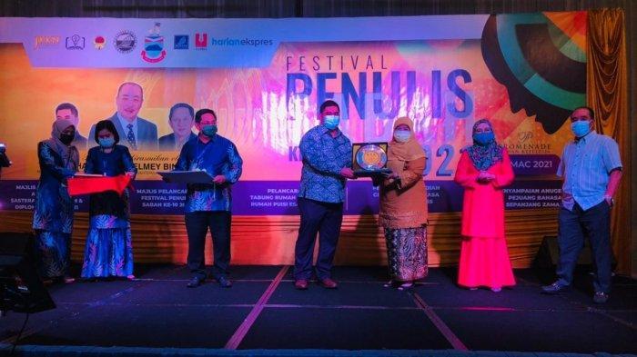 Denny JA Terima Anugerah Sastera Kemanusiaan dan Diplomasi ASEAN di Festival Penulis Sabah 2021