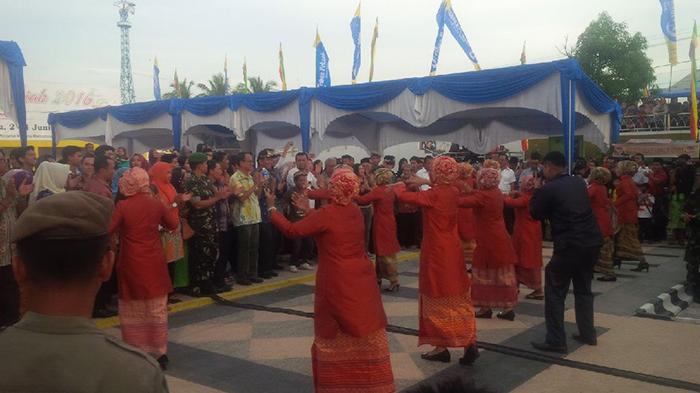Wali Kota Pekanbaru Ikut Berjoget Melayu di Festival Sungai Siak
