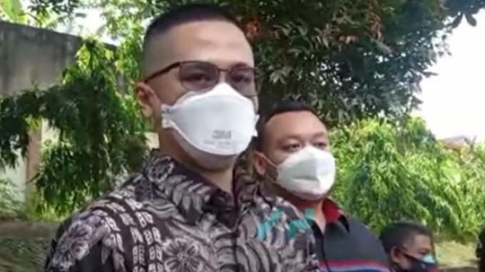 Ficky Fernando kuasa hukum Wulan Guritno saat ditemui oleh awak media