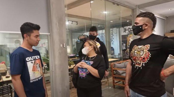 Fiki Naki bertemu dengan istri pemain sepak bola, Gonzales