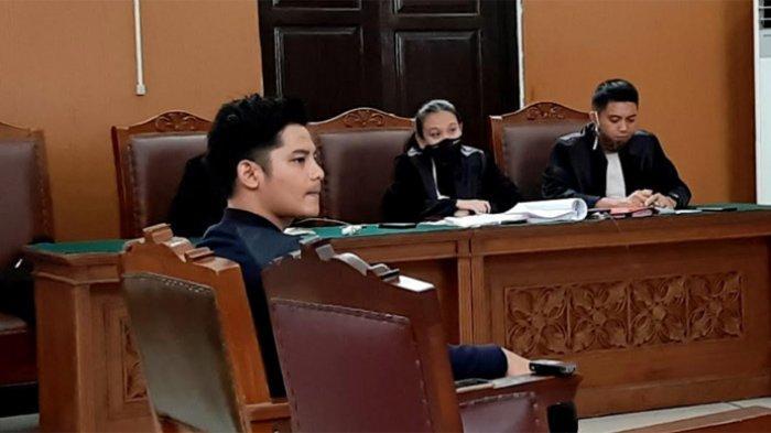 Fiki Alman datang ke Pengadilan Negeri Jakarta Selatan kembali menggelar sidang kasus dugaan pencemaran nama baik dan fitnah lewat media massa, dengan terdakwa Vicky Prasetyo (36) pada Rabu (2/9/2020)