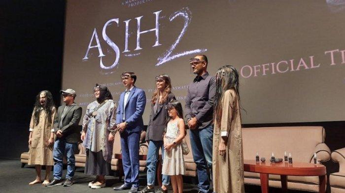 Para pemain dan tim produksi Asih 2 saat perilisan poster serta trailer di bioskop XXI Epicentrum Jakarta Selatan, Kamis (19/11/2020).