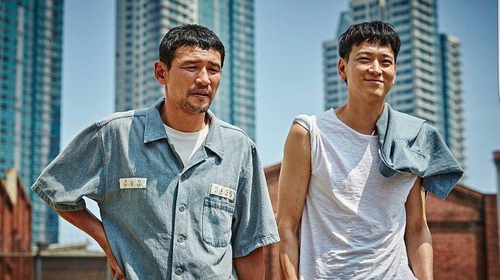Nonton Film Korea A Violent Prosecutor, Hwang Jung Min Ajak Gang Dong Won untuk Balas Dendam