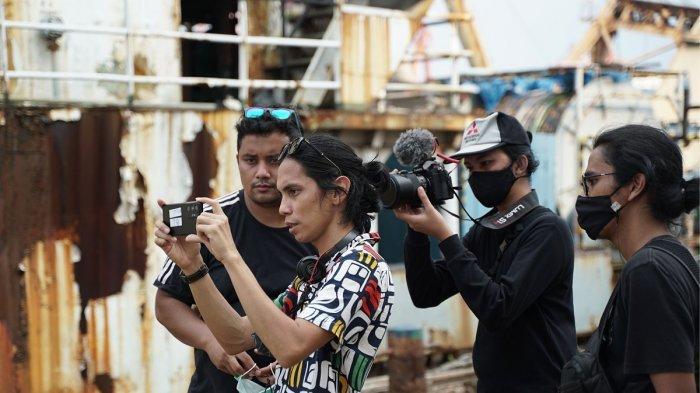 Behind The Scene: Cerita Seru Angga Dwimas Sasongko di Pembuatan Film Pendek Konfabulasi