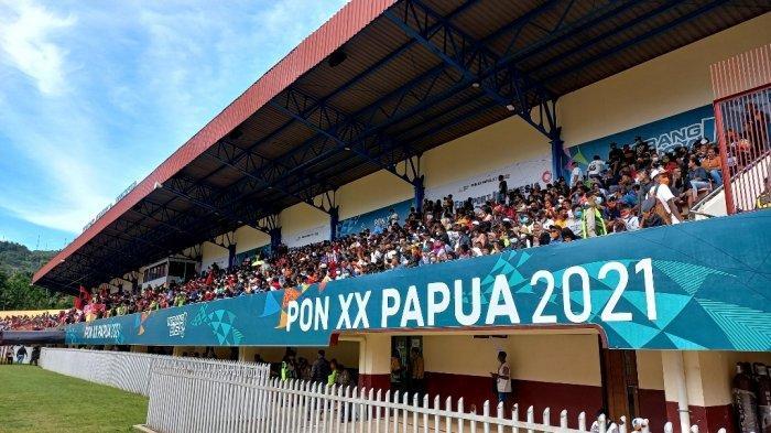 Antusias pendukung tim Papua di Stadion Mandala, Jayapura, Kamis (14/10/2021). Pada laga final sepakbola PON XX Papua, kesebelasan Papua akan menghadapi tim sepakbola Aceh.