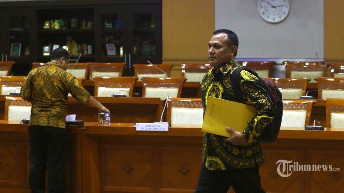 Kapolda Sumsel Irjen Pol Firli Bahuri berjalan meninggalkan ruang rapat Komisi III DPR usai menjalani uji kelayakan Capim KPK, di Kompleks Parlemen, Senayan, Jakarta, Kamis (12/9/2019). Firli Bahuri ditetapkan sebagai Ketua KPK setelah memperoleh suara terbanyak dalam voting yang digelar Komisi III DPR. TRIBUNNEWS/IRWAN RISMAWAN