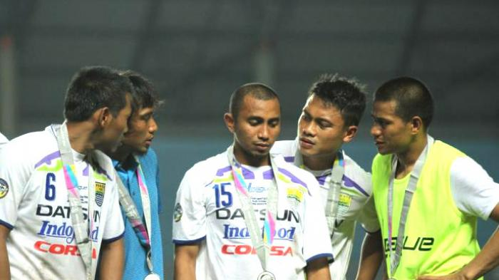 ESKPRESI KEKALAHAN -Ekspresi kekalahan pemain Persib Bandung setelah kalah dengan Arema pada pertandinga Inter Island Cup 2014 di Stadion Gelora Sriwijaya , Jakabaring , Palembang , Minggu (1/2/2015).Arema menang atas persib dengan skor akhir 2-1.