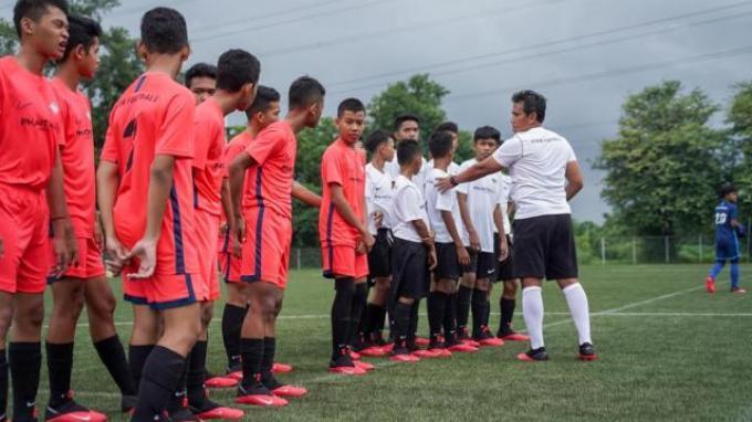 FISIK Football Elite Training, FISIK Football mengundang pelatih dan sekaligus pemain legendaris Indonesia, Bima Sakti sebagai kepala pelatih.
