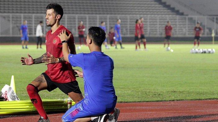 Fisioterapis, Asep Aziz ketika mendampingi Stefano Lilipaly dalam latihan.